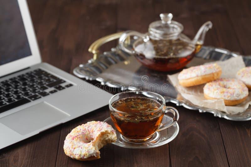 用早餐在情人节用茶和多福饼 免版税库存图片