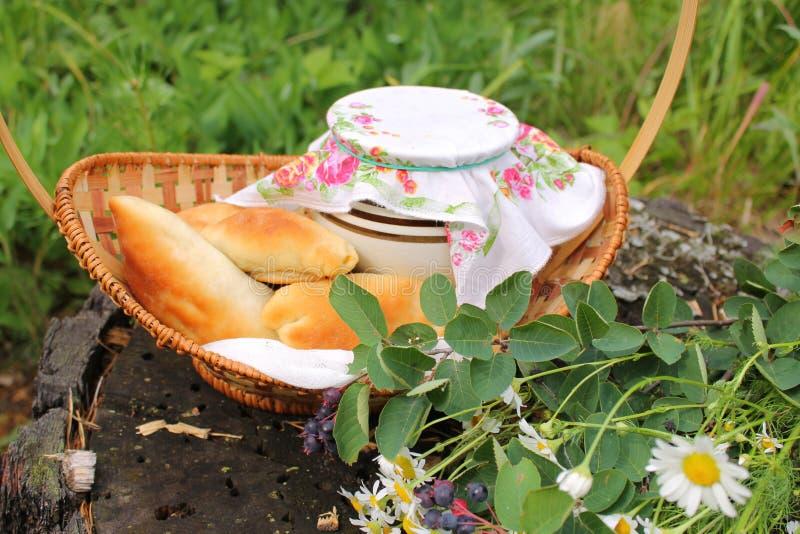 用早餐本质上,在篮子的饼 免版税库存图片