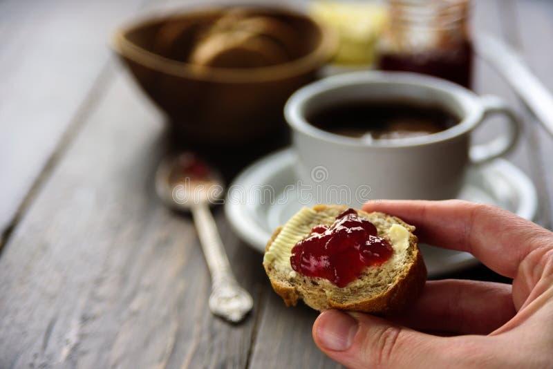 用早餐用咖啡、面包、黄油和果酱 图库摄影