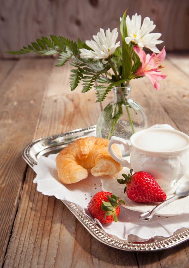 用早餐用咖啡和新鲜的新月形面包妈妈的 免版税图库摄影