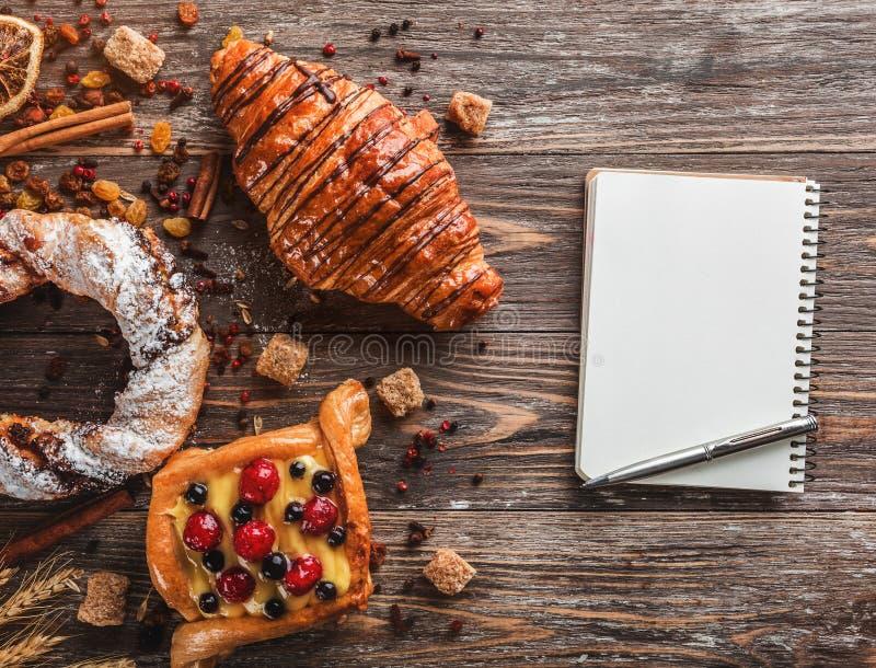 用早餐用新月形面包、脆煎肉片和新月形面包与奶油 库存照片