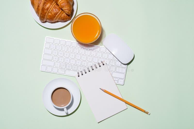 用早餐用新鲜的新月形面包和橙汁,顶视图 库存图片