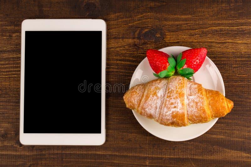 用早餐用新鲜的新月形面包,在土气木背景的新鲜的草莓,顶视图 如果层单独需要的个人计算机压片他们您,箭头可能删除享用 库存图片