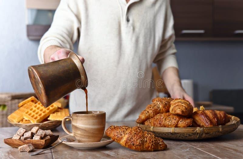 用早餐用无奶咖啡、新近地被烘烤的奶蛋烘饼和新月形面包 免版税库存图片