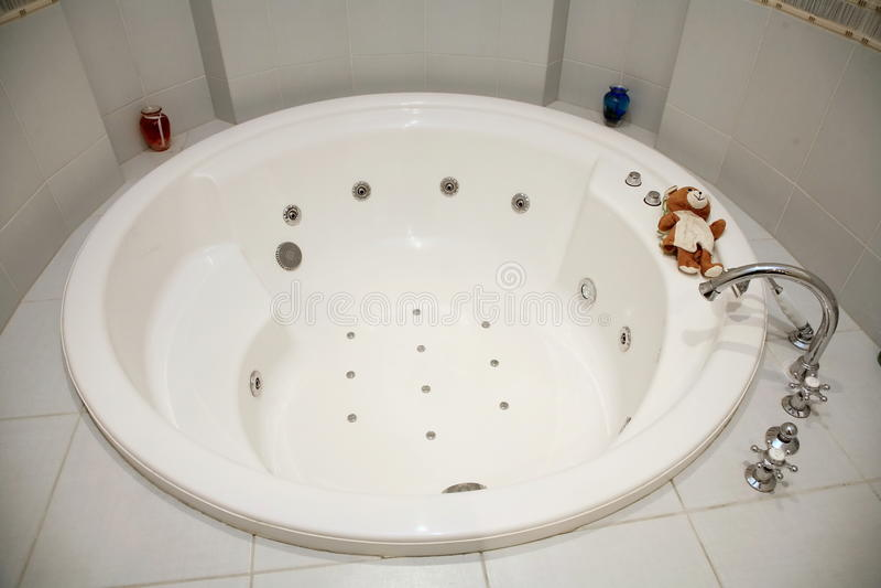 用明亮的瓦片装饰的圆的白热浴卫生间的图片 图库摄影