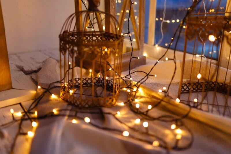 用有黄灯的诗歌选盖的鸟的笼子 舒适冬天或秋天早晨在家 温暖的毯子,有光的诗歌选 库存图片