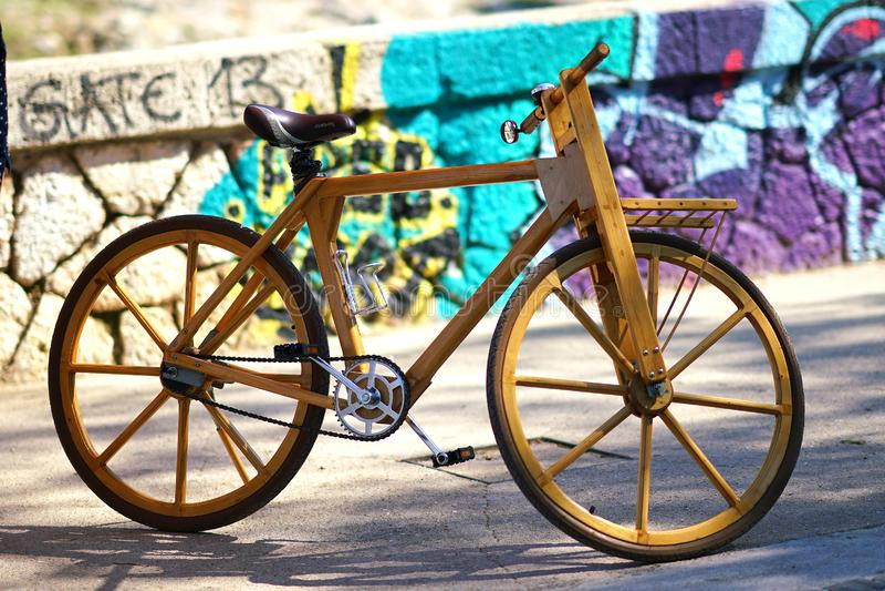 用木头做的运转的自行车 免版税库存照片