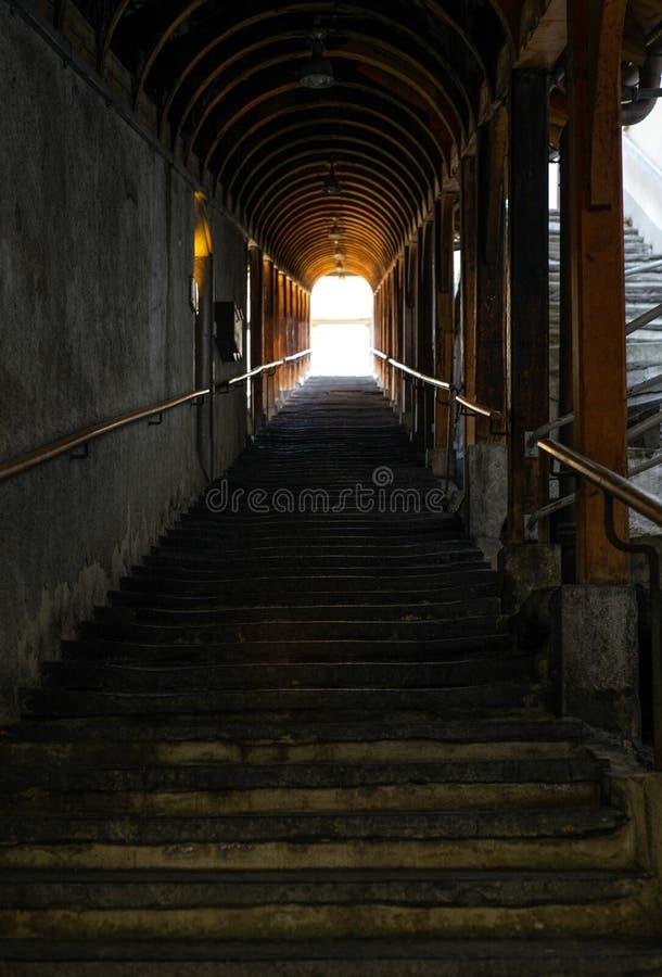 用木屋顶盖的一层长的老石楼梯在图恩 库存照片