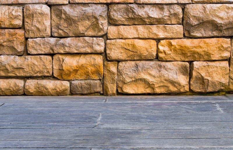 用木材建造木棕色板条在砖墙纹理背景下 库存图片