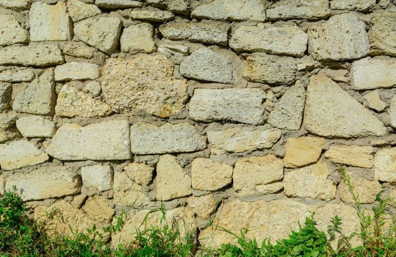 用材料的不同的大小的手工制造大卵石石头纹理墙壁 免版税库存照片