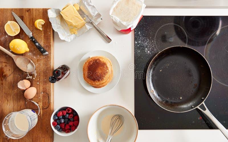 用枫糖浆和浆果在煎饼日上拍下新做的煎饼或薄饼 免版税库存照片