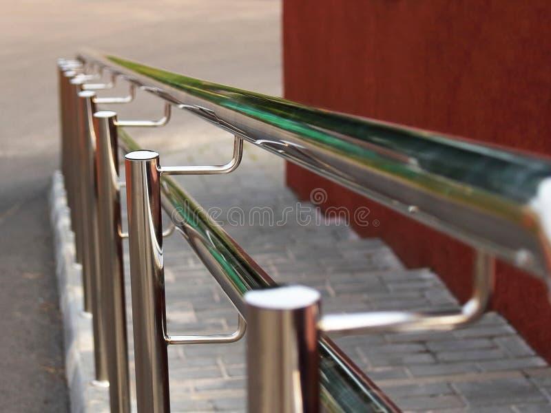 用栏杆围在的扶手栏杆镀铬物步 库存照片