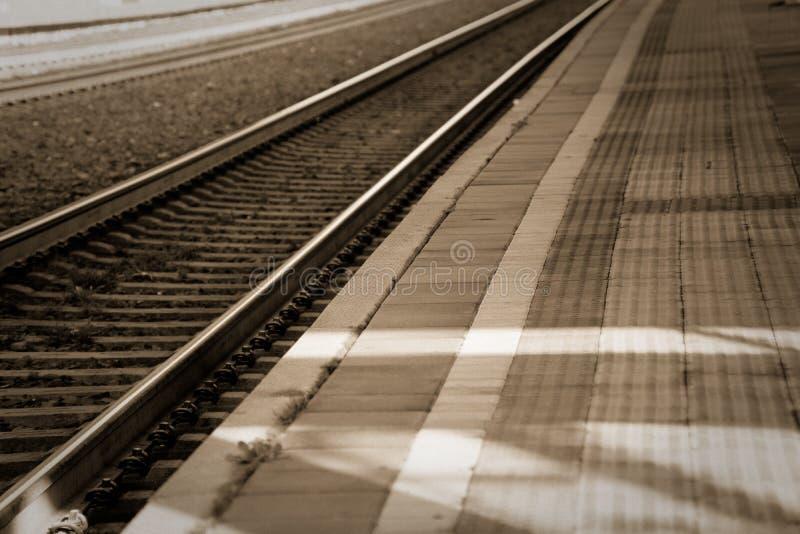 用栏杆围概念,在空的火车平台 库存照片