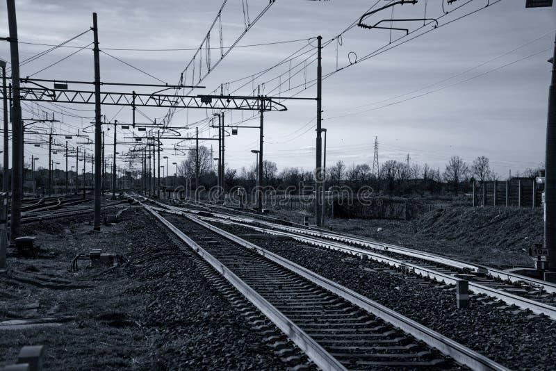 用栏杆围概念,在空的火车平台 图库摄影