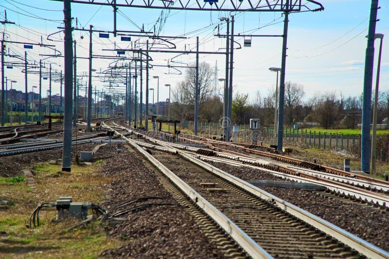 用栏杆围概念,在空的火车平台 免版税图库摄影