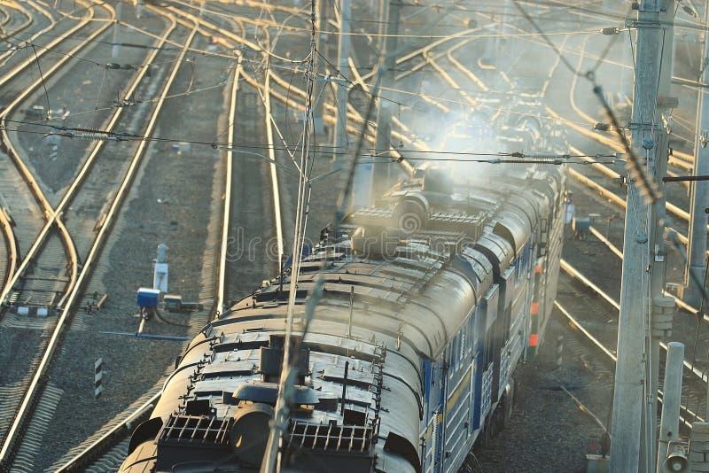 用栏杆围有火车的道路在驻地 库存图片