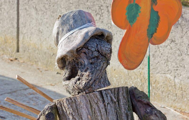 用树干的片断做的木偶 免版税库存照片