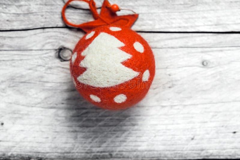 用树装饰的红色圣诞节中看不中用的物品 免版税图库摄影