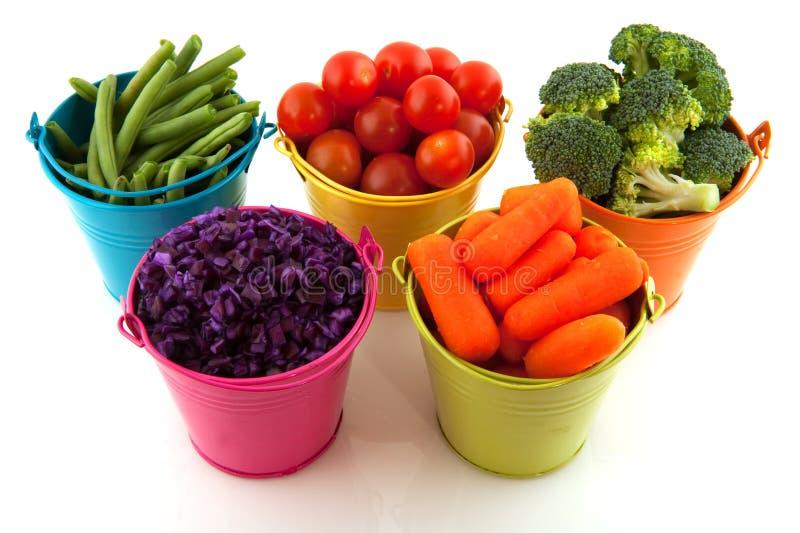 用桶提五颜六色的新鲜蔬菜 免版税库存图片