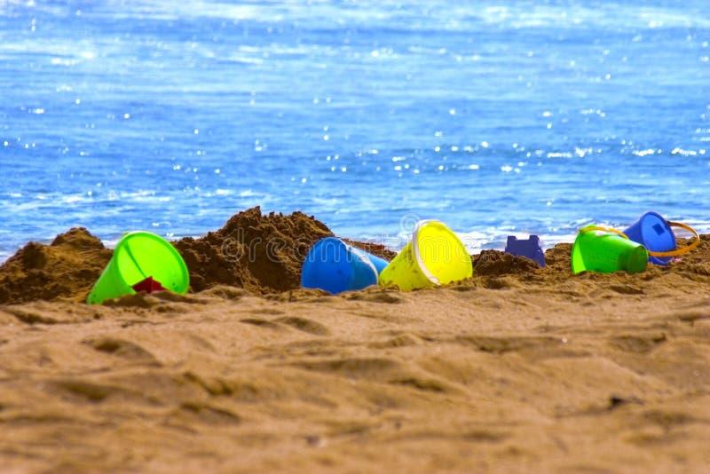 用桶提五颜六色的沙子 库存照片