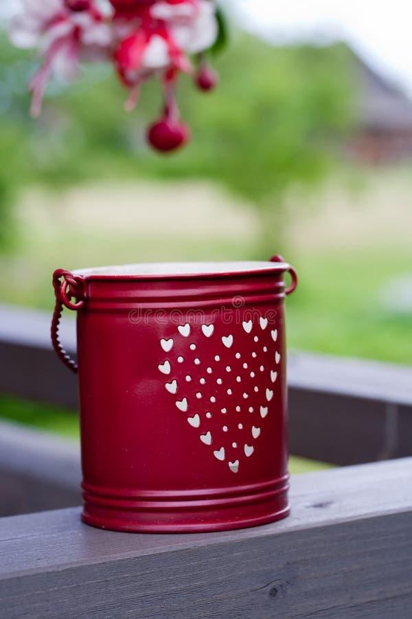 用桶提红色小 库存图片