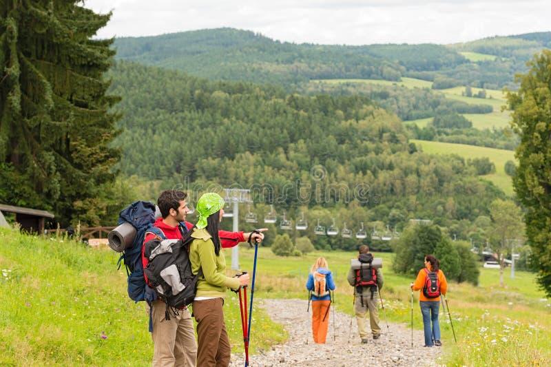 享受在山的年轻远足者风景看法 免版税库存照片