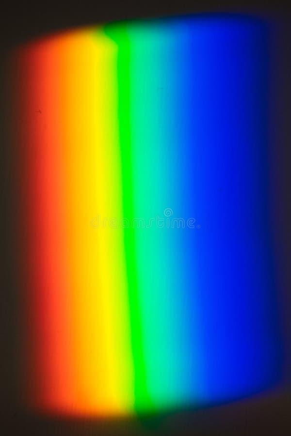 用棱镜创造的彩虹,在墙壁射出的光 免版税库存照片