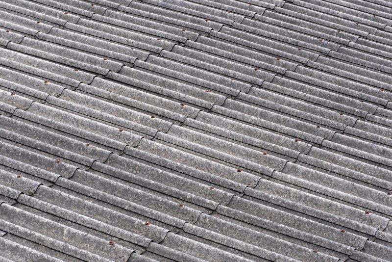 用模子盖的老石板屋顶片断在背景中 免版税库存照片