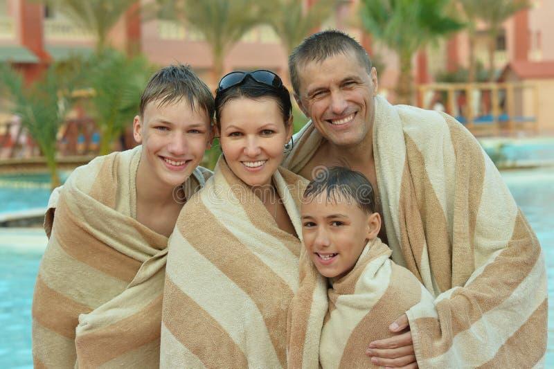 用毛巾盖的愉快的家庭 免版税库存图片