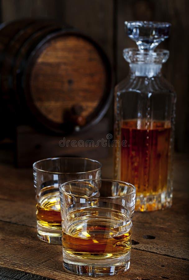 用水晶点心机喝纯苏格兰威士忌 库存图片