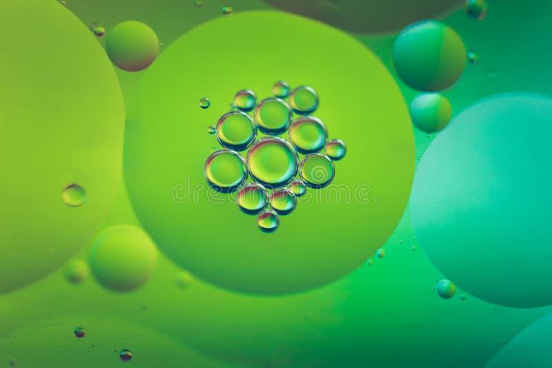 用油、水和肥皂做的Defocused彩虹摘要背景画面 库存照片