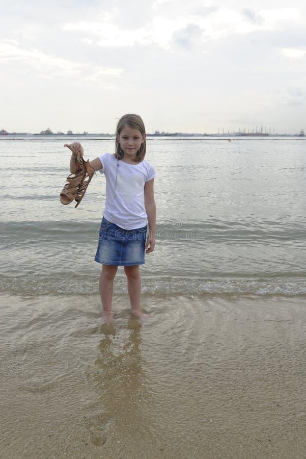 用浆划在海的女孩 免版税库存图片