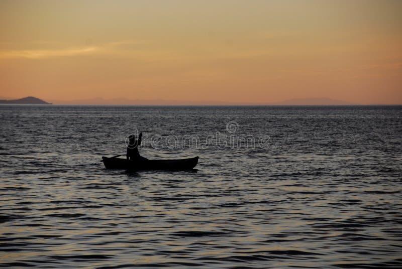 用浆划在马拉维湖 免版税库存照片