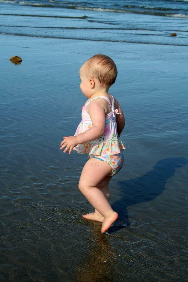 用浆划海运小孩的女孩 图库摄影