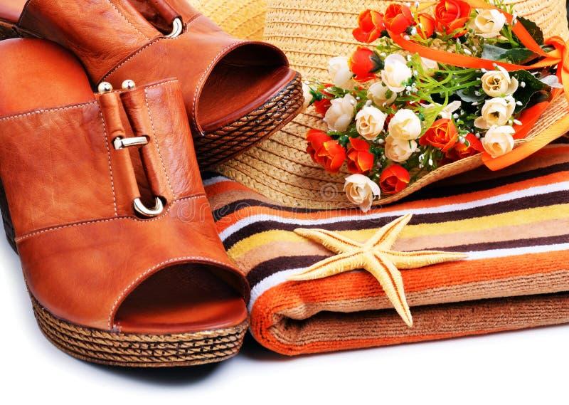 用海星装饰的妇女鞋子,毛巾,海滩帽子 免版税图库摄影