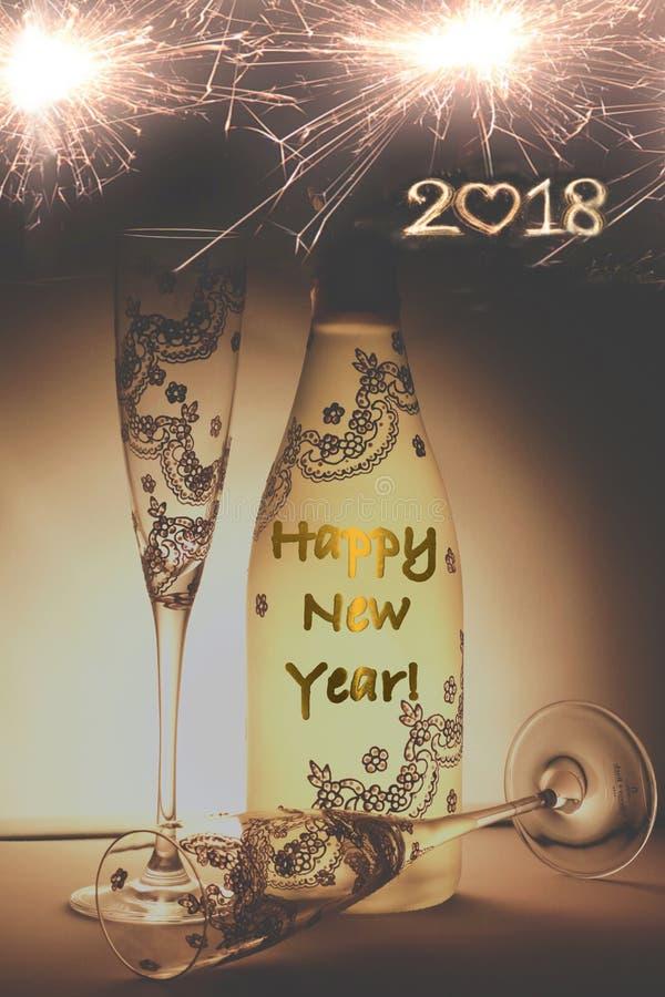 用消息和杯子非常恰好装饰的香宾瓶新年快乐 免版税库存图片