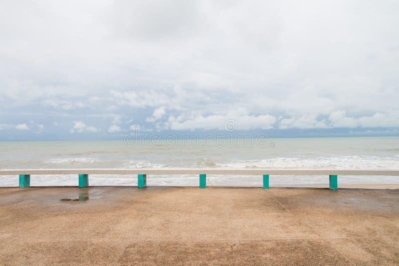用混凝土做的公开长凳在Muang Ngam海滩,宋卡府,泰国 库存图片
