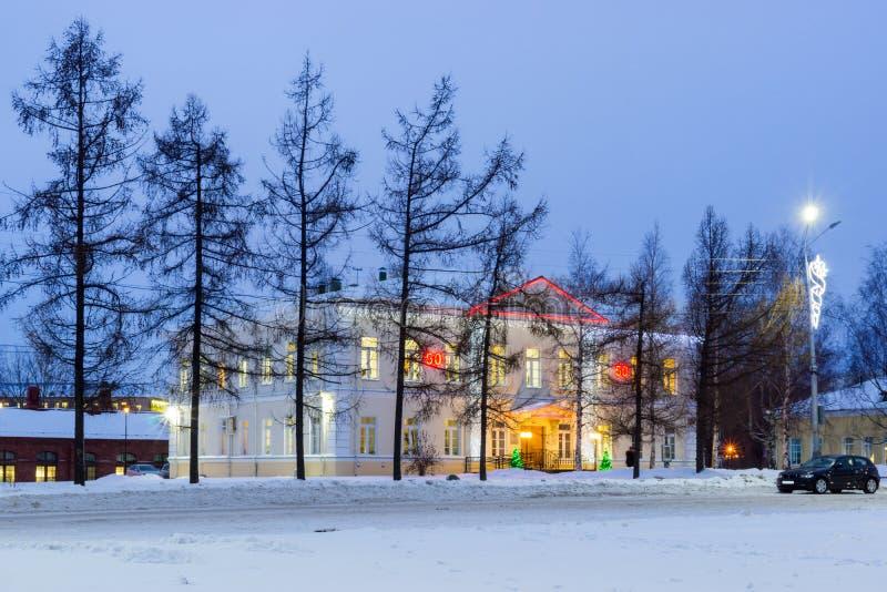 用照明装饰的老房子新年 免版税图库摄影