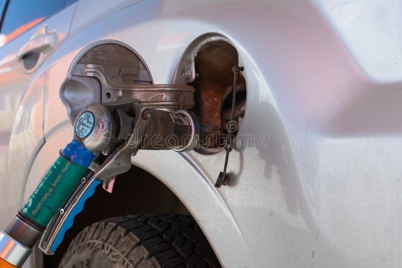 用燃气填装机器 与气体的积土在加油站 加油站泵浦 在汽车藏品喷管的充填气体 图库摄影