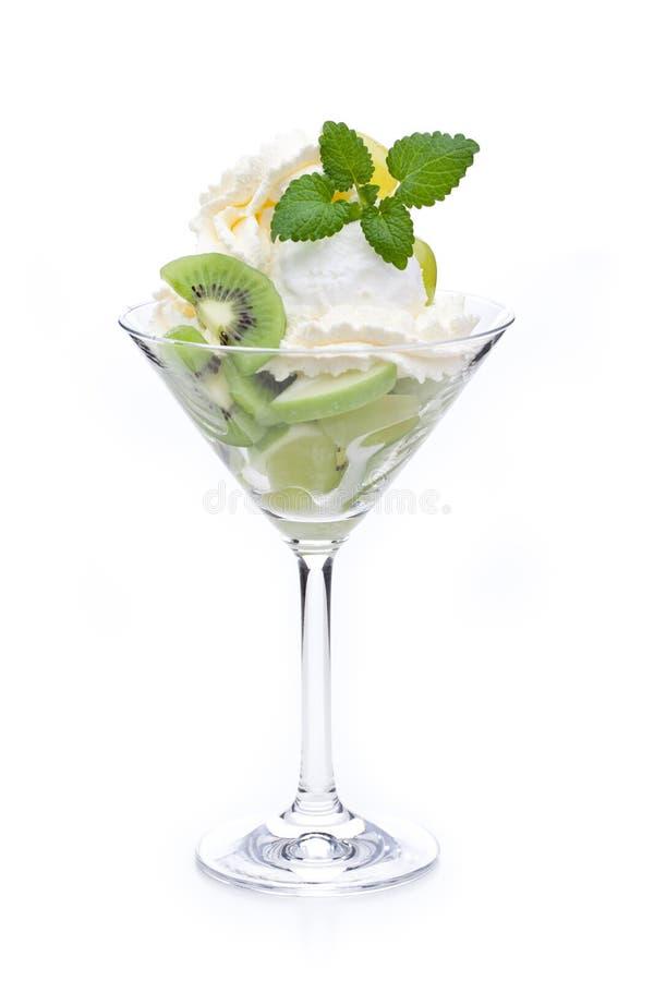 用猕猴桃和薄荷叶柠檬冰淇淋装饰的一个杯子 库存图片
