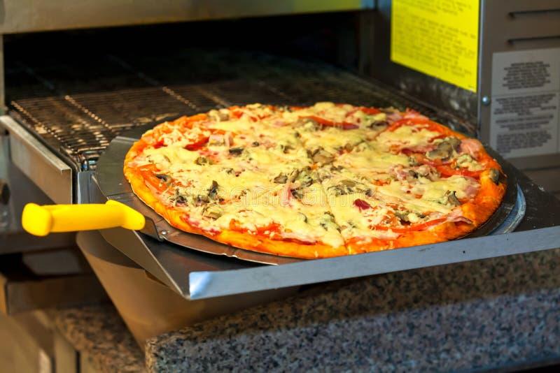 用现代比萨饼烤炉烹饪 图库摄影