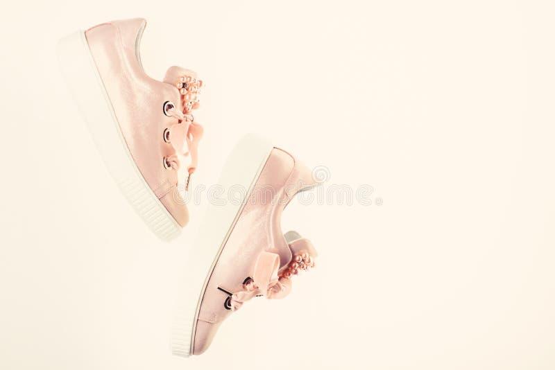 用珍珠和妇女的鞋类装饰的女孩成串珠状 在白色背景隔绝的逗人喜爱的鞋子,顶视图,拷贝空间 免版税库存图片