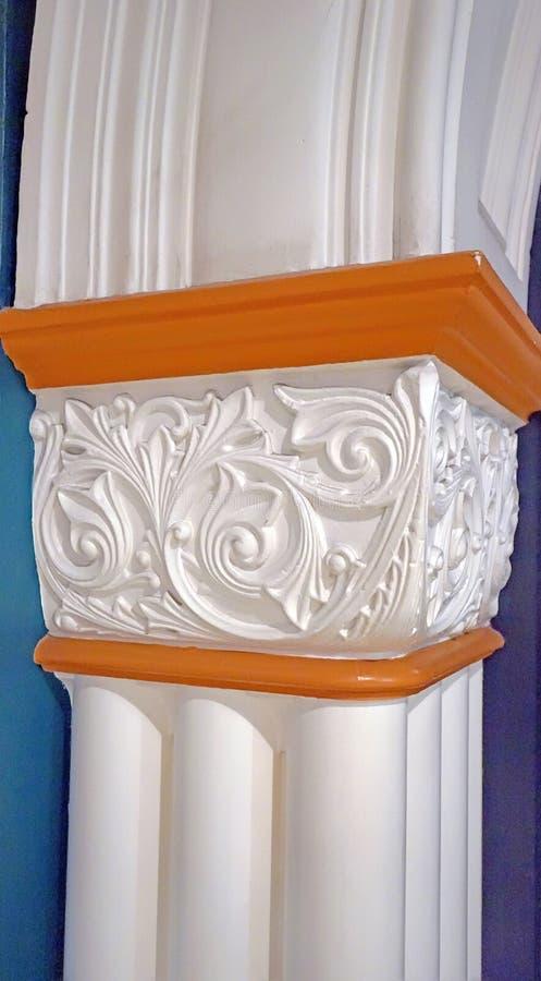 用白色浅浮雕由白色膏药制成和装饰的柱子,建筑细节 库存照片