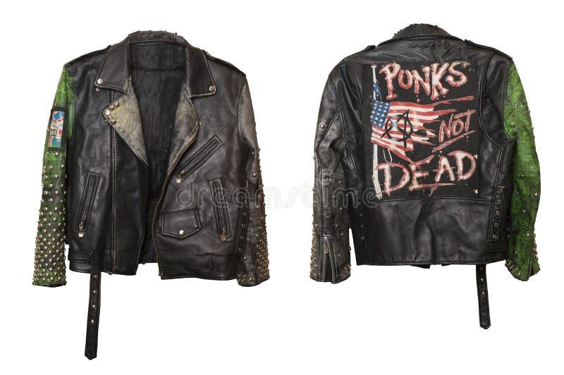用皮革包盖地下低劣的时髦的夹克有铆钉的和有在后面的废物不死的口号的 库存照片