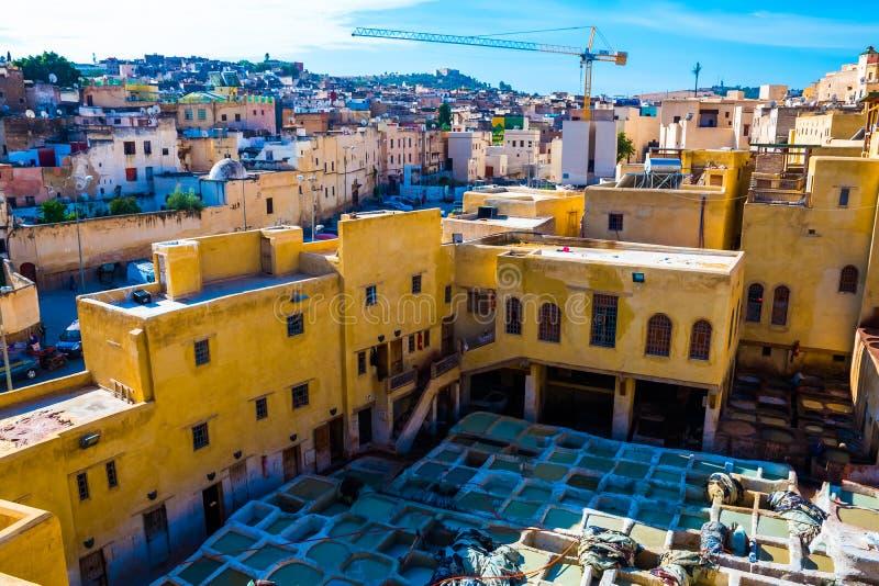 用皮革包盖工厂的中世纪看法,皮革厂在菲斯,摩洛哥,非洲 库存照片