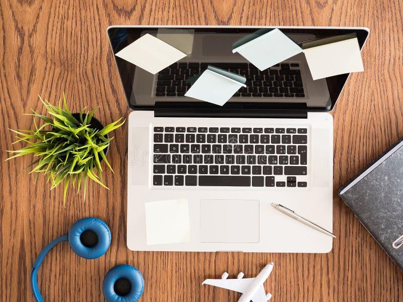 用笔记贴纸报道的膝上型计算机的顶视图图象 图库摄影