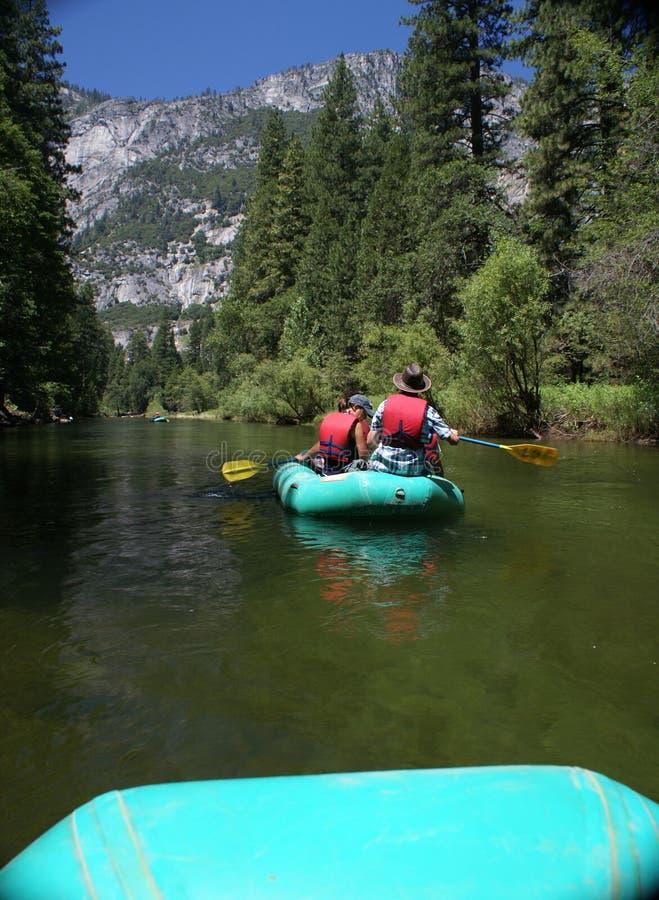 用筏子运送河的下来组人 免版税库存照片
