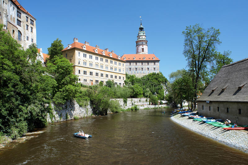用筏子运送河vltava的城堡cesky krumlov 库存图片