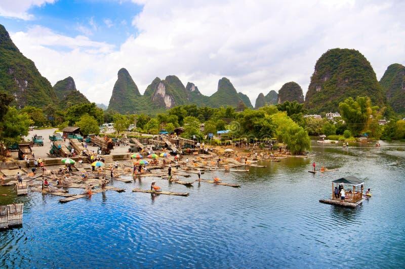 用筏子运送河yangshuo的竹锂 免版税库存照片