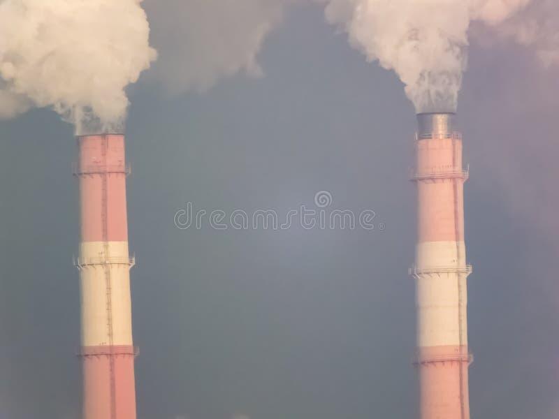 用管道输送烟,执行有害的放射 免版税库存照片